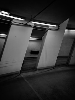 Foto em preto e branco da sala com luzes de néon