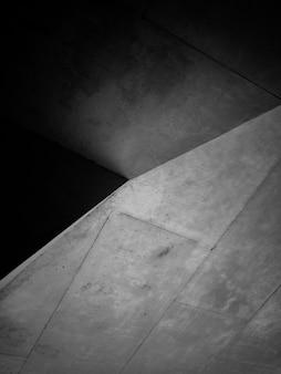 Foto em preto e branco de estrutura de concreto