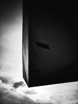 Foto em preto e branco de um edifício moderno