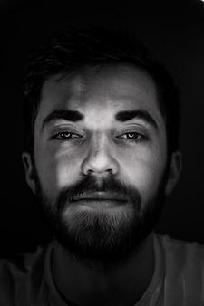 Foto em preto e branco de um homem barbudo