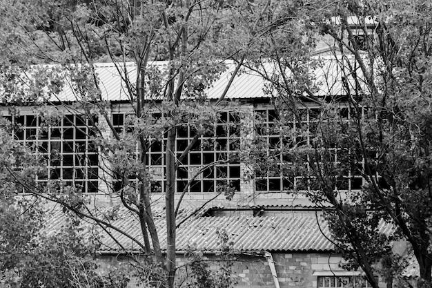 Foto em preto e branco de uma antiga fábrica abandonada no leito de um rio em alcoi, alicante, espanha.