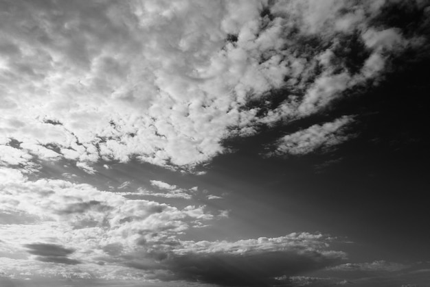 Foto em preto e branco de vista aérea de drone em nuvens no céu