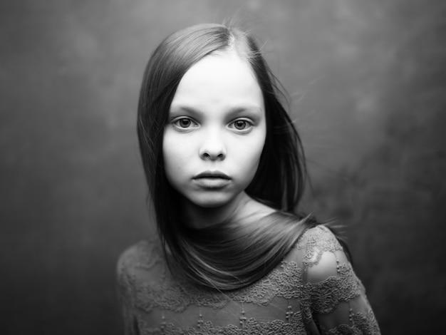Foto em preto e branco do close up de rosto atraente de solitário