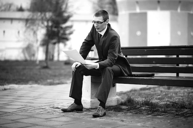 Foto em preto e branco do empresário de terno na rua
