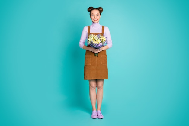 Foto em tamanho grande de uma garota bonita, temporada de verão, fim de semana, campo, braços, segurar, buquê, flores frescas, usar, dois, pãezinhos, marrom, mini, vestido, violeta, sapatos, camisola, isolado, turquesa, cor fundo