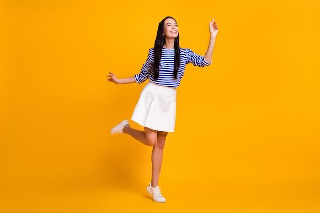 Foto em tamanho real de uma garota adorável, muito charmosa, aproveite o fim de semana, feriado, toque a mão copyspace isolado sobre um fundo de cor vibrante
