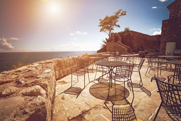 Foto em tons da esplanada de um antigo restaurante num dia de sol