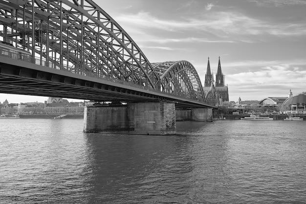 Foto em tons de cinza da bela ponte hohenzollern sobre o rio reno