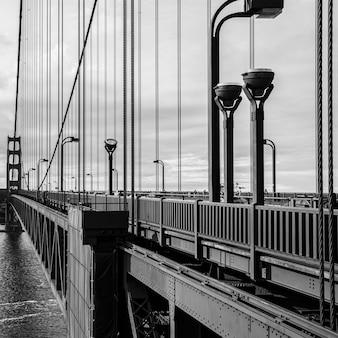 Foto em tons de cinza da ponte golden gate