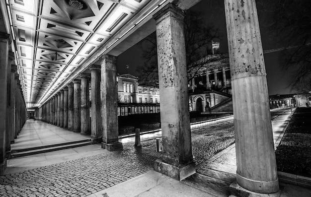 Foto em tons de cinza de um corredor com pilares
