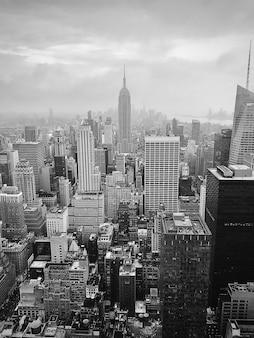 Foto em tons de cinza de um edifício empire state nos novos eua