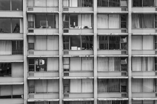 Foto em tons de cinza de um prédio antigo com janelas amplas
