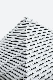 Foto em tons de cinza de uma arquitetura moderna de concreto