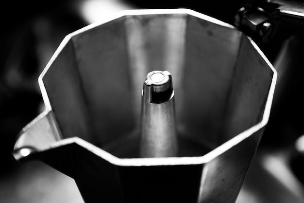Foto em tons de cinza de uma cafeteira tradicional