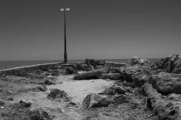 Foto em tons de cinza do mar salton