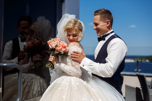 Foto emocional de um casal apaixonado no dia do casamento. sorrindo recém-casados. fotografia de casamento. feliz casal recém casado