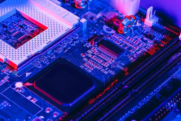 Foto escura de uma placa de circuito eletrônico