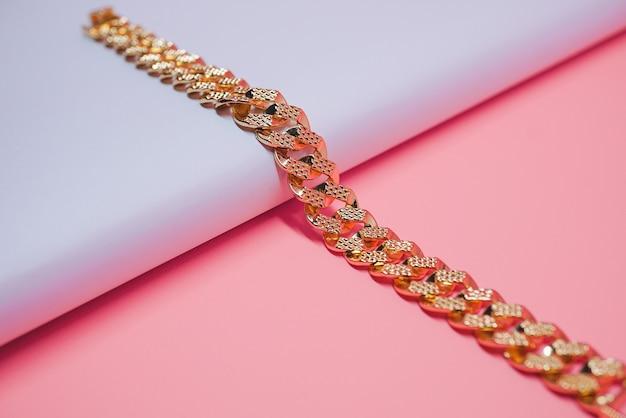 Foto espumante de pulseira feminina de ouro