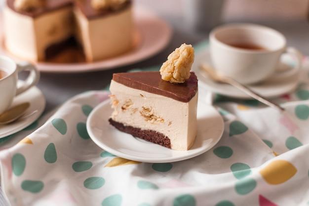 Foto estética de um cheesecake de chocolate arranjado com uma toalha de mesa com pontos