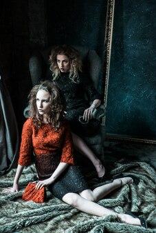 Foto estilo vogue de duas senhoras da moda