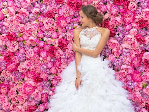 Foto evento com bela modelo na imagem da noiva decorações de flores