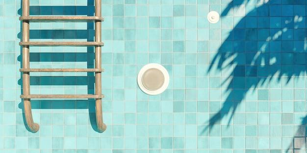 Foto fechada de escadas enferrujadas em uma piscina vazia de azulejos azuis com holofotes e sombras de palmeiras