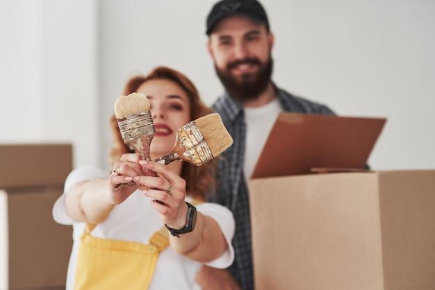 Foto focada. casal feliz juntos em sua nova casa. concepção de movimento