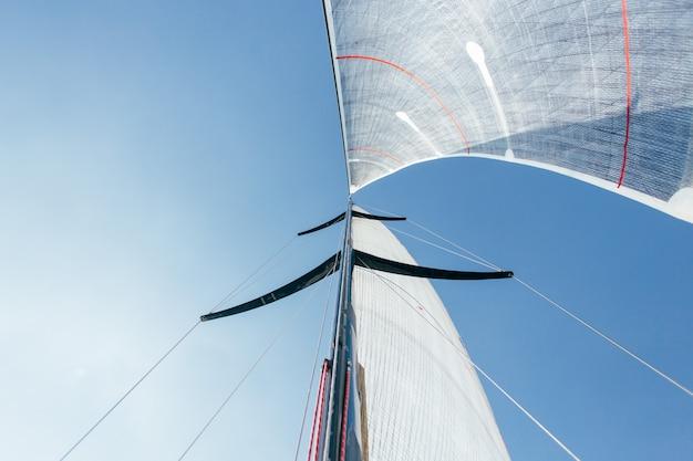 Foto grande angular de duas velas cheias de vento forte