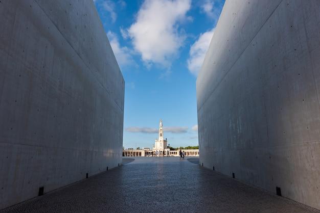 Foto grande angular de um edifício visto através de duas grandes paredes em portugal