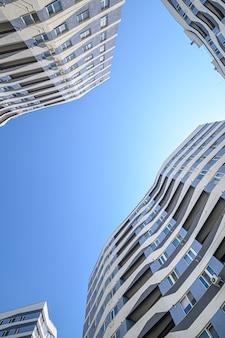 Foto grande angular do exterior de novos edifícios de apartamentos