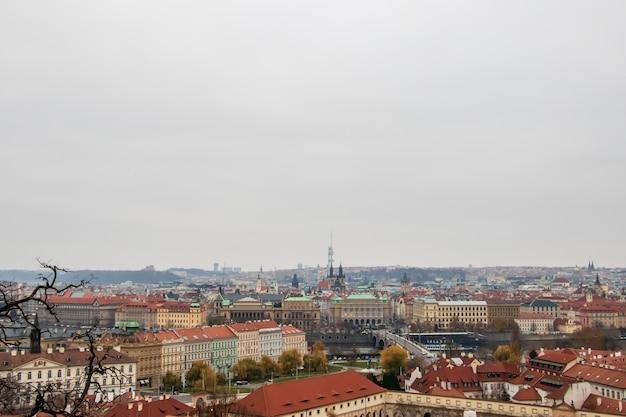 Foto grande angular dos edifícios de praga sob um céu nublado
