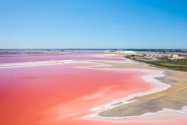 Foto grande angular dos lagos salgados multicoloridos em camarque, frança