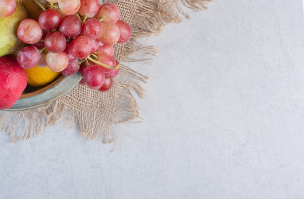 Foto grande angular frutas orgânicas frescas. maçã, uvas e tangerinas no saco.