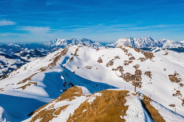 Foto hipnotizante de montanhas cobertas de neve