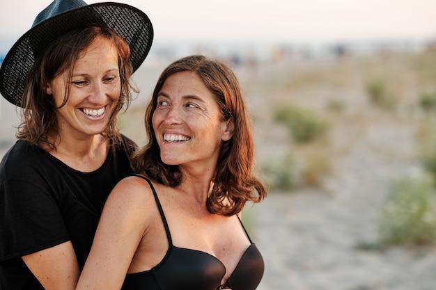 Foto hipnotizante de um casal adorável na praia
