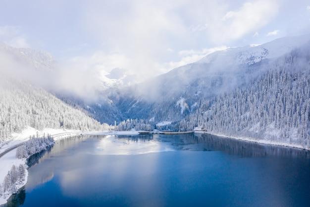 Foto hipnotizante de um lago e montanhas cobertas de neve