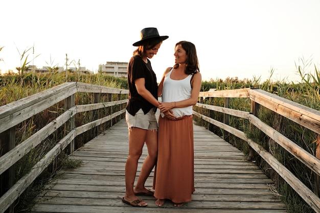 Foto hipnotizante de um lindo casal grávida - conceito de família lésbica