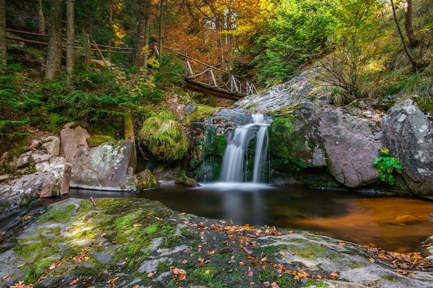 Foto hipnotizante de uma bela cachoeira na montanha rhodopes