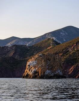 Foto hipnotizante de uma bela paisagem marinha e montanhas rochosas