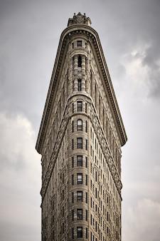 Foto hipnotizante do edifício flatiron no madison square park Foto gratuita