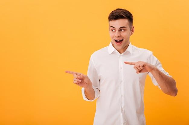 Foto - homem feliz, camisa branca, apontar, e, desviar o olhar