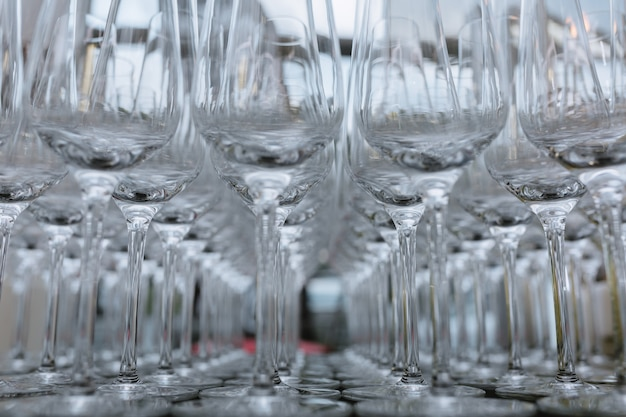 Foto horizontal de copos de vinho vazios alinhados, close-up, preto