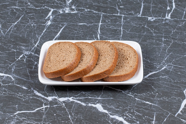 Foto horizontal de fatias de pão fresco.