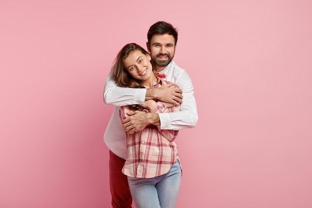 Foto horizontal de namorada feliz e namorado se abraçando com amor