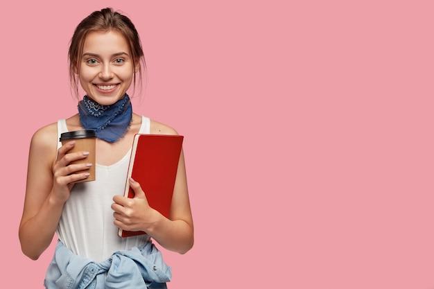 Foto horizontal de um aluno satisfeito com uma aparência agradável