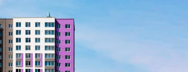 Foto horizontal de um complexo de vários apartamentos pronto
