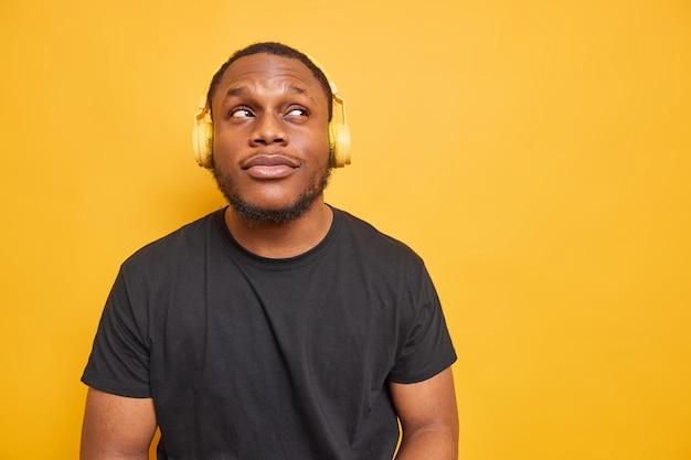 Foto horizontal de um homem negro pensativo focado acima
