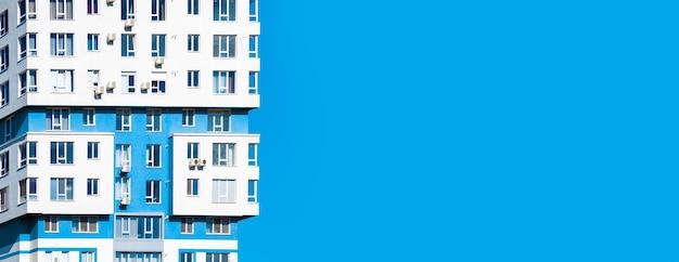 Foto horizontal de uma imagem pronta de um complexo de vários apartamentos em um céu