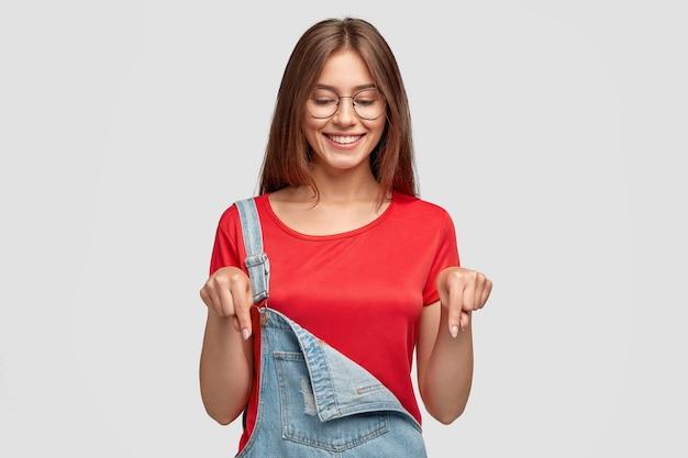 Foto horizontal de uma mulher de aparência agradável com expressão alegre