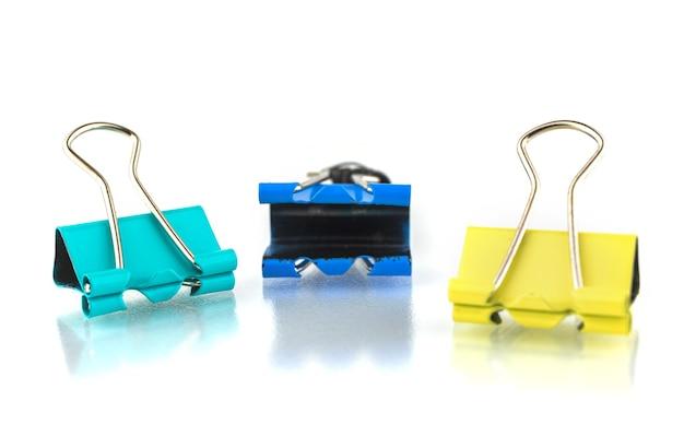 Foto ilustrativa de clipes de papel de metal isolados no fundo branco